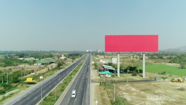 vídeos de stock e filmes b-roll de the big empty space billboard at expressway, aerial shot by drone. - espaço vazio