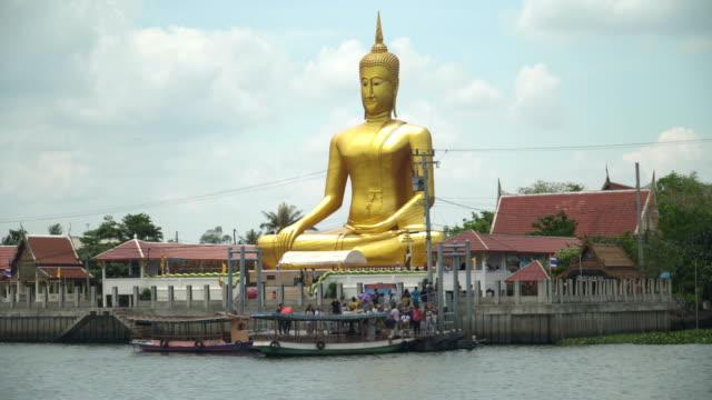 大きな仏陀像はチャオプラヤー川近く - ノンタブリー県点の映像素材/bロール
