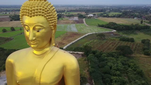 vidéos et rushes de la statue de bouddha doré plus grande au temple de muang, aungthong thaïlande - thaïlande
