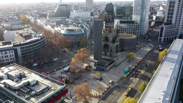 the bikini berlin shopping center and the kaiser wilhelm memorial church, also called the gedaechtniskirche, stand during the second wave of the... - カイザー・ヴィルヘルム記念教会点の映像素材/bロール