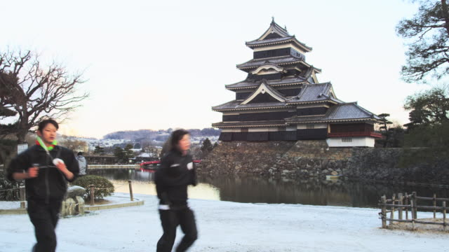 vídeos de stock, filmes e b-roll de the black castle of matsumoto in the japanese alps in early morning light, matsumoto - século xvi