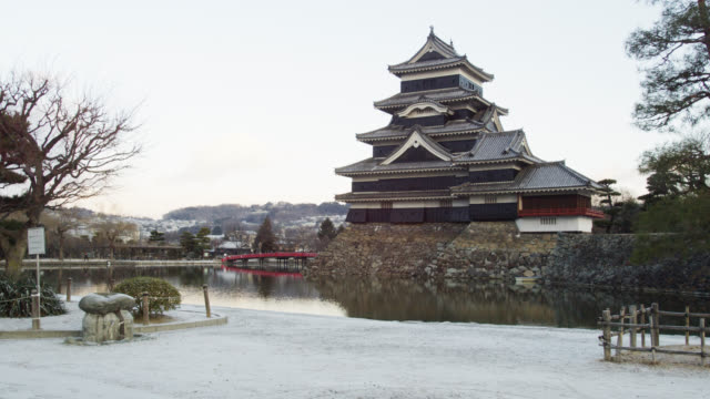 stockvideo's en b-roll-footage met the black castle of matsumoto in the japanese alps in early morning light, matsumoto - 16e eeuwse stijl