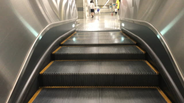 vídeos de stock e filmes b-roll de the black escalator moving up - escada rolante