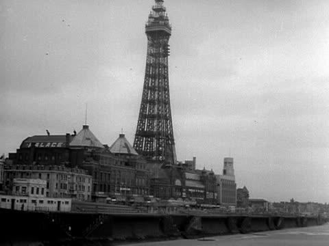 the blackpool tower overlooks the seafront of blackpool. - ブラックプール点の映像素材/bロール