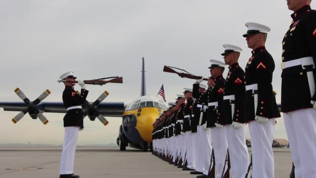 vídeos de stock e filmes b-roll de the blue angels marine corps' c130 hercules affectionately known as fat albert flies over the silent drill platoon at marine corps air station yuma... - exército americano