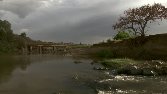 stockvideo's en b-roll-footage met the blue nile flows through the ethiopian countryside near gish abay. - establishing shot