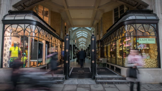 vídeos y material grabado en eventos de stock de the blurred shapes of people move rapidly through and past the facade of the famous burlington shopping arcade on piccadilly street - fachada arquitectónica