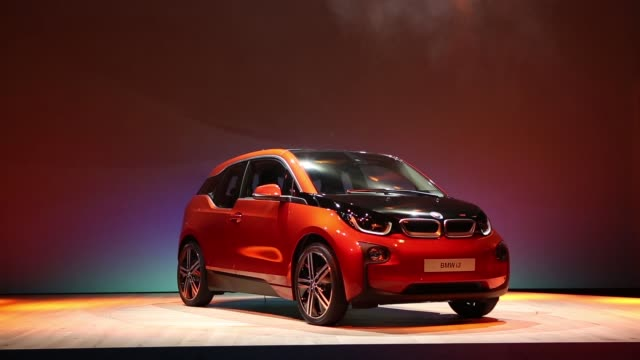 vídeos de stock, filmes e b-roll de the bmw i3, the electric automobile produced by bayerische motoren werke ag , is unveiled on stage at the simultaneous world premiere launch in... - estreia
