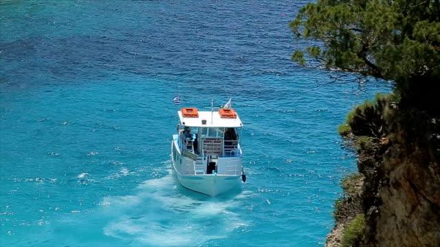 vídeos de stock, filmes e b-roll de o barco está a andar para trás, volta reversa na incrível azul mar - passear sem destino