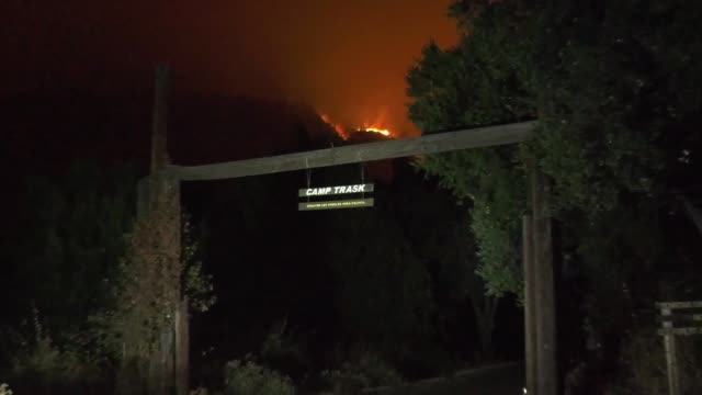 the bobcat fire has been burning in the angeles national forest now for more a week. the bobcat fire has burned 26,368 acres and was still only 6%... - エンジェルス国有林点の映像素材/bロール