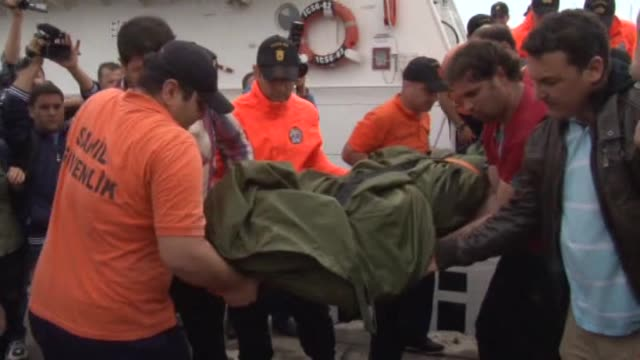 vidéos et rushes de the body of turkish captain who was killed in an attack on a turkish cargo ship off the libyan coast arrives at fethiye port in turkey's southwestern... - autopsie