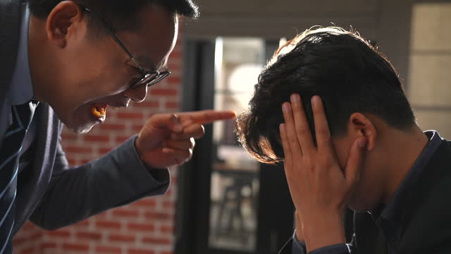 vidéos et rushes de le patron est en colère contre ses subordonnés en plaçant son index sur le visage de l'homme et en lui reprochant sévèrement. - contestant