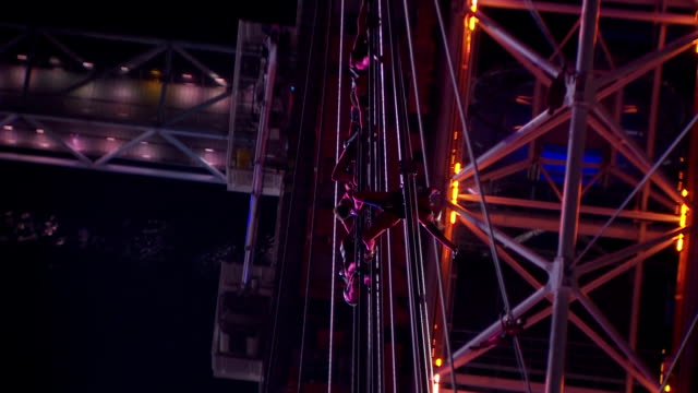 the boston based streb dance company attach themselves to the wires of the london eye performing a 20-minute spectacle.in this clip we see a group of... - ランベス点の映像素材/bロール