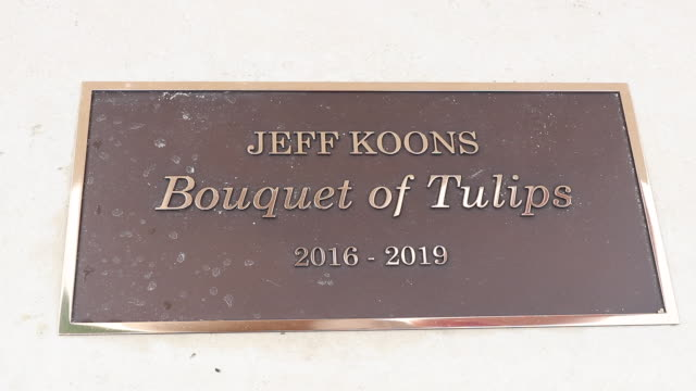 """the """"bouquet of tulips"""" by jeff koons was inaugurated in the gardens of the champs-elysées, between the petit palais and the place de la concorde.... - 飾り板点の映像素材/bロール"""