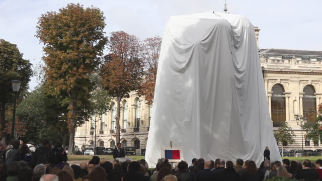 the bouquet of tulips by jeff koons was inaugurated in the gardens of the champselysées between the petit palais and the place de la concorde after... - installationskunst stock-videos und b-roll-filmmaterial