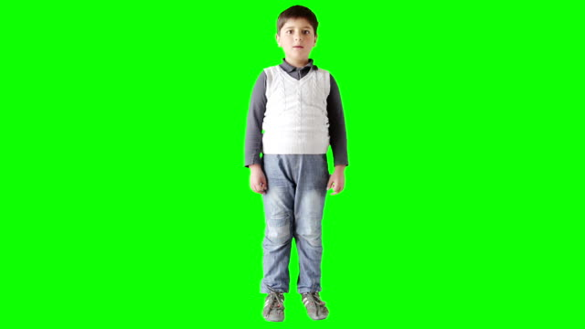 vidéos et rushes de le garçon regarde avec surprise et rires - touche de couleur