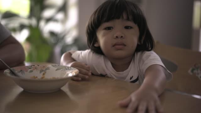 vídeos de stock, filmes e b-roll de o garoto se recusou a comer. - prato