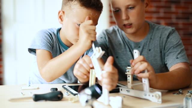 vídeos de stock e filmes b-roll de the boys make robots - nerd