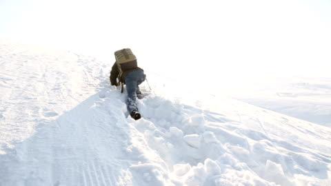 den modiga promenaden ensam - snöstorm bildbanksvideor och videomaterial från bakom kulisserna