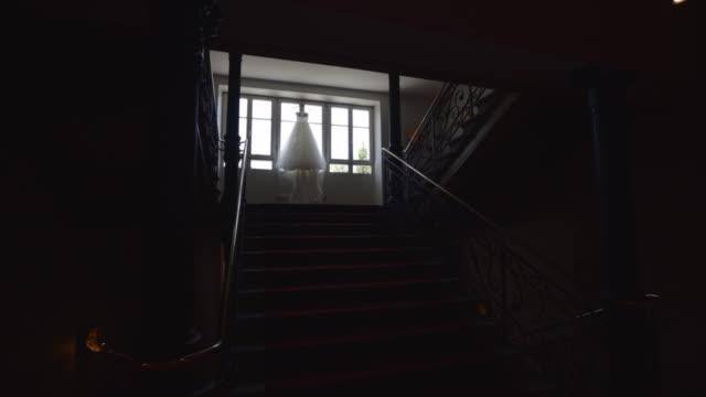 花嫁のドレスが窓に掛かっている。非常に美しく、エレガント。結婚式のストックビデオ - カーテンレール点の映像素材/bロール