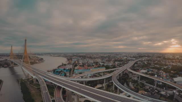 vídeos y material grabado en eventos de stock de el puente que cruza el río chao phraya - capitel