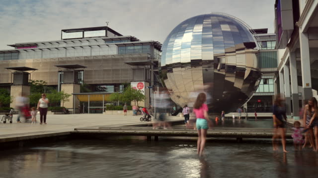 stockvideo's en b-roll-footage met the bristol science centre planetarium in millennium square children are having fun playing in the water - bristol engeland