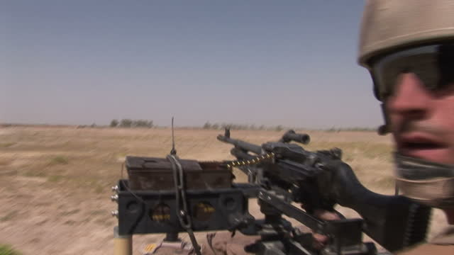 the british parachute regiment pathfinder platoon in action at helmand province november 2006 - 迫撃砲点の映像素材/bロール