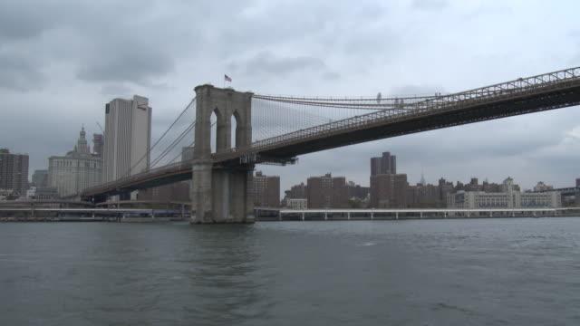 the brooklyn bridge - east river nyc - bootsperspektive stock-videos und b-roll-filmmaterial