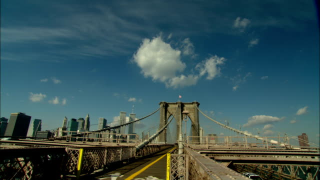 vidéos et rushes de the brooklyn bridge frames the world trade center in new york city. - pont de brooklyn