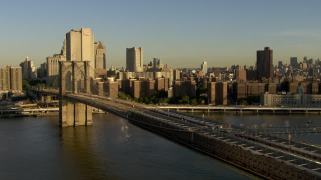 the brooklyn bridge stretches over the east river. - brooklyn bridge bildbanksvideor och videomaterial från bakom kulisserna