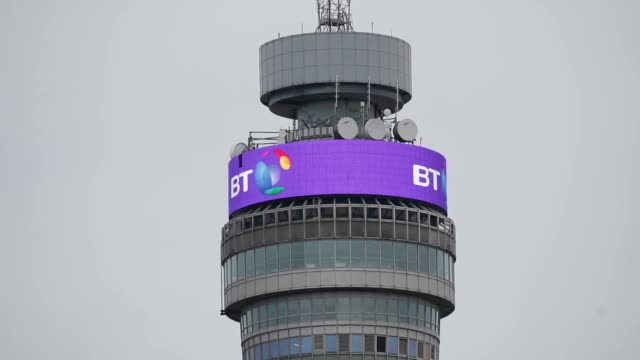 vídeos de stock e filmes b-roll de the bt tower in london offers a message of congratulations for prince harry and american actress megan markle on their engagement after it was... - bt tower londres