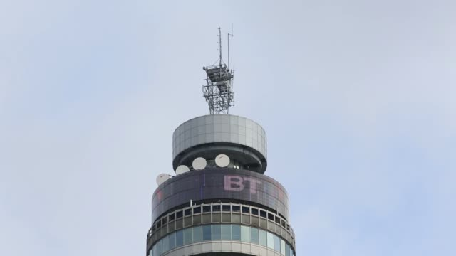 vídeos de stock e filmes b-roll de the bt tower stands behind residential properties in london united kingdom on tuesday january 27 2015 - bt tower londres
