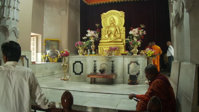 the buddha statue in the mulagandhakuti shrine at sarnath. - buddhismus stock-videos und b-roll-filmmaterial