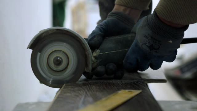 The builder cuts the laminate into two parts with a circular saw.