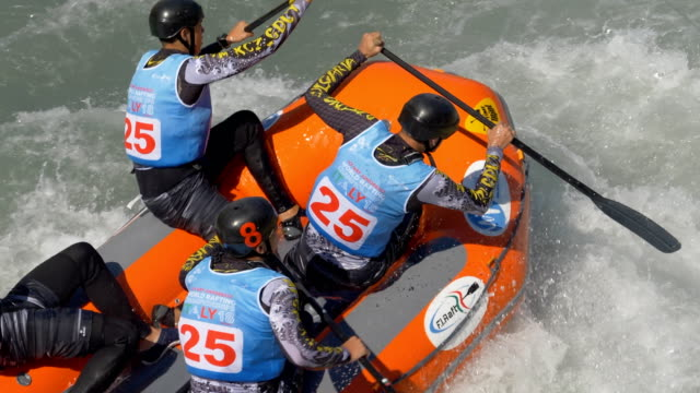 the bulgarian men's under 19 rafting team in the slalom competition on the dora baltea river during world rafting championship on 23 july 2018, ivrea - world rafting championship video stock e b–roll