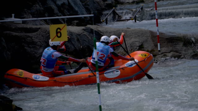 the bulgarian men's under 23 rafting team in the slalom competition on the dora baltea river during world rafting championship on 23 july 2018, ivrea - world rafting championship video stock e b–roll