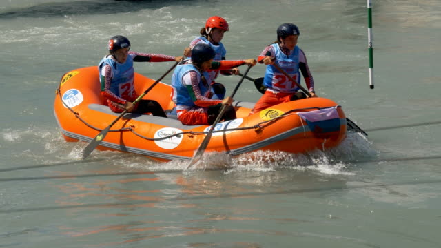 the bulgarian women's under 23 rafting team in the slalom competition on the dora baltea river during world rafting championship on 23 july 2018,... - world rafting championship video stock e b–roll