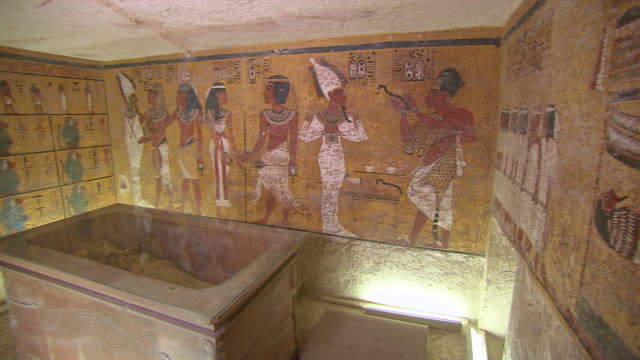 ms pan the burial chamber in the tomb of tutankhamen and hieroglyph painting / egypt - gravvalv bildbanksvideor och videomaterial från bakom kulisserna