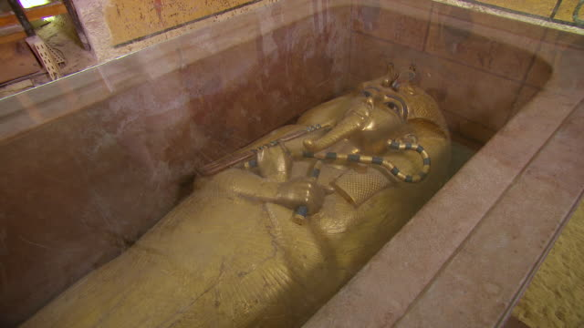 MS ZO The burial chamber in the Tomb of Tutankhamen / Egypt