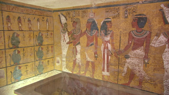 vidéos et rushes de ms zo the burial chamber in the tomb of tutankhamen / egypt - antique