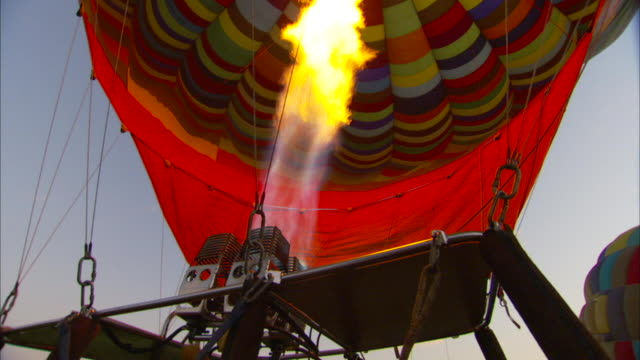vídeos de stock e filmes b-roll de the burner of a hot air balloon sends flames into the envelope. available in hd - soprar