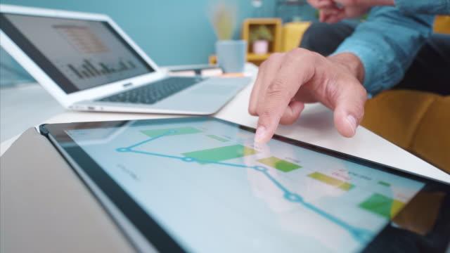 vídeos y material grabado en eventos de stock de el negocio va en la dirección correcta. - diagrama