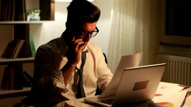 vidéos et rushes de l'homme d'affaires, parler de téléphone à la recherche par le biais de documents - avocat juriste