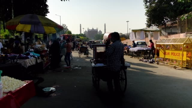 vidéos et rushes de the busy market in front of masjid-i jehan numa, commonly known as the jama masjid of delhi, one of the largest mosques in india, made of red... - vêtement religieux