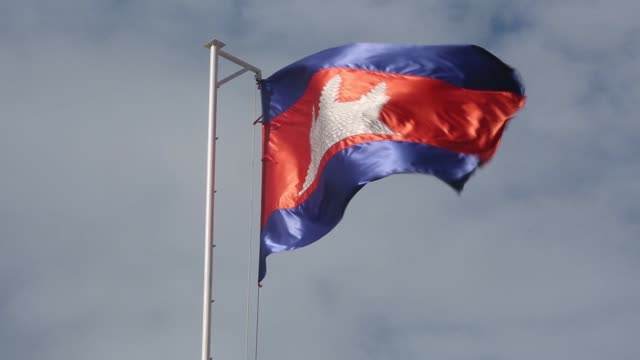 vidéos et rushes de the cambodian national flag flies on a flagpole on the rooftop of a building in phnom penh cambodia on tuesday sept 13 the cambodian national flag... - asiatique de l'est et du sud est