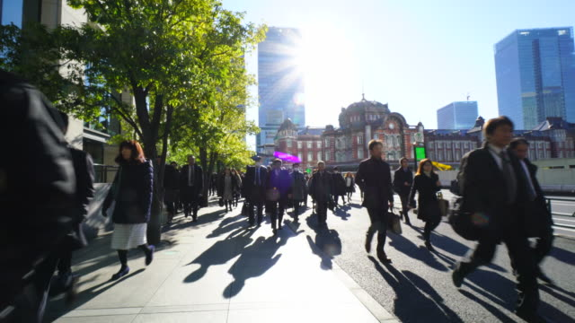 the camera goes through against the morning commute crowd.commuters go to marunouchi business district from tokyo station. - punto di vista di un passante video stock e b–roll