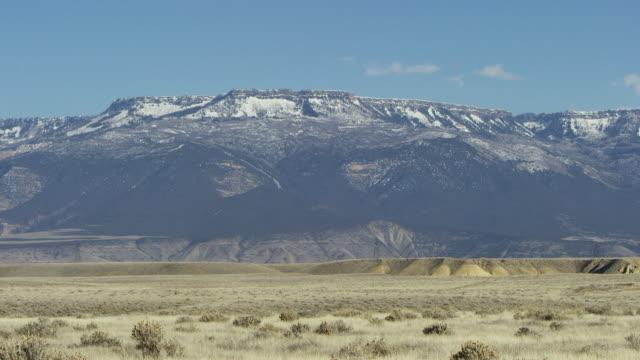 vídeos y material grabado en eventos de stock de the camera pans across the grand mesa of colorado viewed from grand junction in the grand valley of western colorado - grand junction