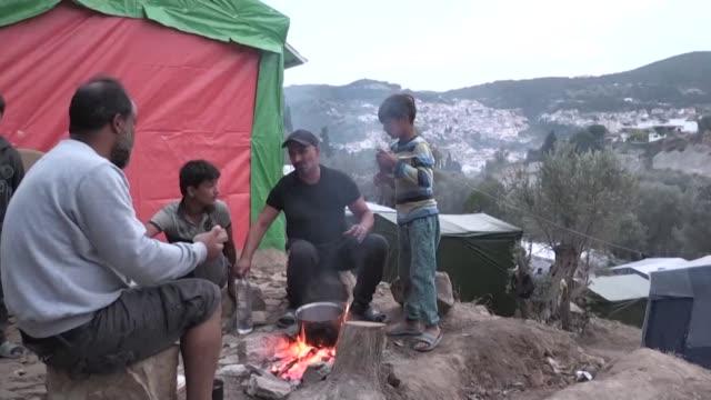 vídeos de stock e filmes b-roll de the camp of samos originally built to handle 650 people has long outstripped its boundaries - samos