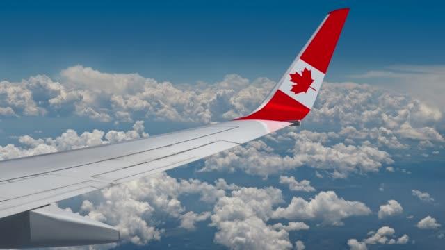 vídeos de stock e filmes b-roll de the canadian flag on the wing of the plane - bandeira do canadá