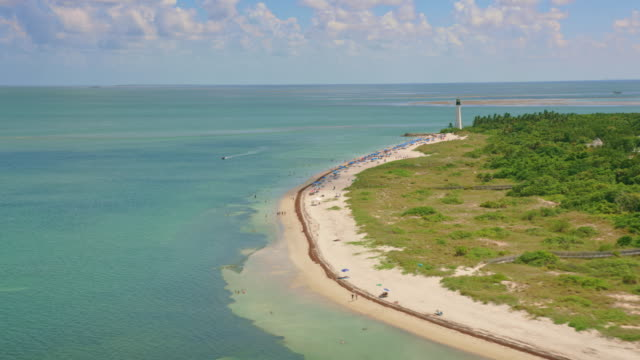 aerial the cape florida light, schlüssel biscayne, fl - biscayne bay stock-videos und b-roll-filmmaterial